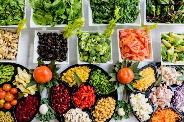 Kook je zelf? Voorkom een voedselvergiftiging Jijzelf kan door de onderstaande adviezen op te volgen een voedselvergiftiging voorkomen: • Koel bederfelijke eten goed. Ze de koelkast op 4 graden. Hou verder het eten niet te lang buiten de koelkast. • Koel het overgebleven eten snel. Als je ze in kleine porties verdeelt wordt het sneller koud. Bewaar deze restjes maximaal 2 dagen. • Was je handen goed en schoon. Uiteraard met zeep. • Gebruik verschillende messen en vorken bij het koken. Hiermee voorkom je dat niet-gekookte visresten bijvoorbeeld bij het overig eten komen. Dit geldt ook voor de planken waar je het eten op klaarmaakt! • Verhit je eten goed. Vooral dierlijke producten als vlees, vis en ei kunnen je een flinke voedselvergiftiging bezorgen. • Let er tot slot op bij wat je koopt. Kijk hierbij naar het houdbaarheidsdatum en de bewaar- en bereidingsadviezen. Belangrijke tips bij incontinentie voor je vakantie Een goede reis begint bij een goede voorbereiding. Daarom staat hier enkele tips voor als je last hebt van incontinentie: • Neem liever te veel dan te weinig incontinentiemateriaal mee. Op vakantie, zeker in verre oorden als Zuidoost-Azië, is er niet altijd het gewenste materiaal aanwezig wat je nu gebruikt. • Ga je met een touroperator op reis? Geef bij degene aan dat je hulpmiddelen meeneemt. • Bij sommige vliegtuigmaatschappijen mag je een extra medische tas meenemen als je gezondheid daar om vraagt. Informeer hierover bij de maatschappij! • Het is handig om je materiaal te verdelen over je handtas en je koffer. Mocht je koffer zoek zijn kan je altijd nog hierop terugvallen… • Drink verder voldoende vocht bij warm weer. Vocht verdunt namelijk de urine en dit triggert de blaas minder. Een vakantie moet leuk zijn en leuk blijven Hopelijk blijf je door op de bovenstaande tips te letten gezond op vakantie. Dit artikel kan natuurlijk ziektes niet voorkomen, maar je kan er wel goed rekening mee houden. Hopelijk komt alles goed. Een zorgeloze vakantie toegew
